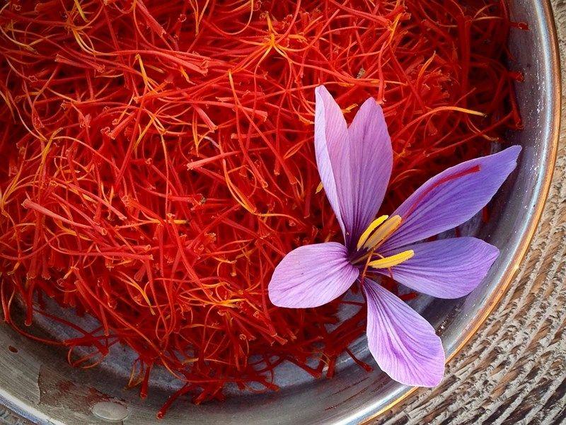 Mặt nạ chống rụng tóc từ nhụy hoa nghệ tây, cam thảo và sữa