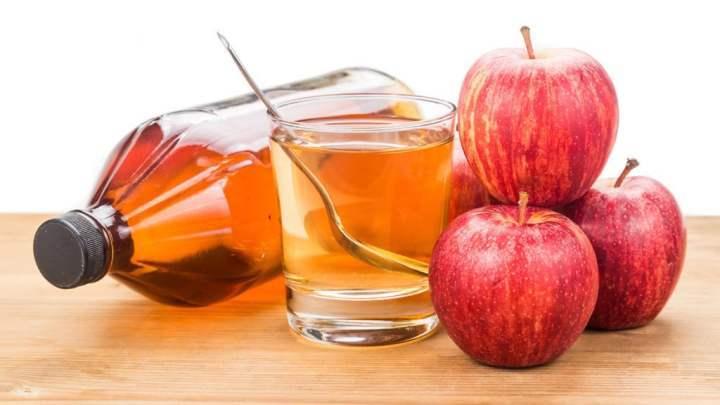 Giấm táo là một chất khử trùng tự nhiên, vì vậy mà các nàng chỉ cần thoa chúng lên vùng có mùi trên cơ thể và lấy khăn khô thấm lại.