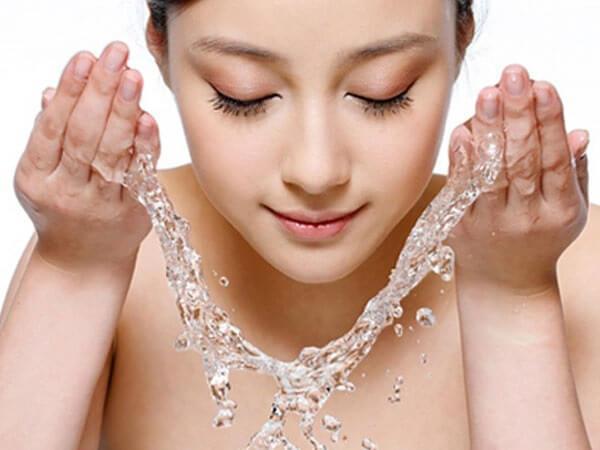 Trước khi nặn mụn, mng nên rửa mặt sạch với sữa rửa mặt.