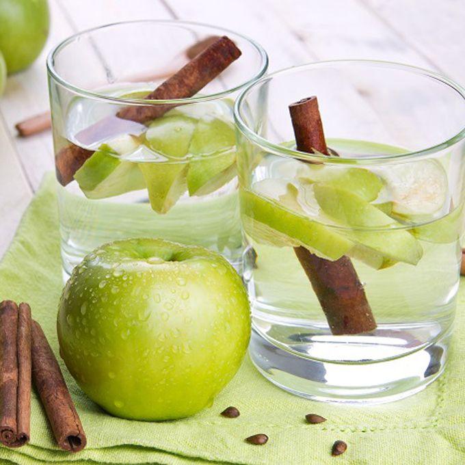Nước detox giảm cân từ táo và quế